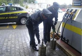Truffa agli automobilisti: sigilli a 30 pompe di benzina in Campania