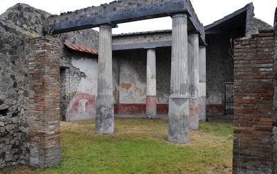 Pompei, turista sorpreso mentre rubava un mosaico: arrestato