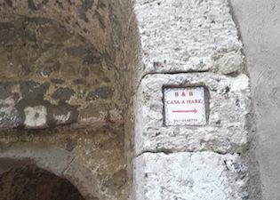 Polemiche per l'insegna sulla porta di Marina Grande, la replica del titolare del b&b