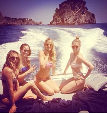 Elena Santarelli in vacanza in Costiera: le foto in barca con le amiche postate su Instagram