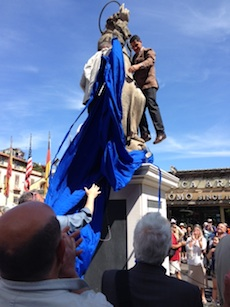 Svelata la statua di Sant'Antonino, folla in piazza Tasso – Fotogallery e video –
