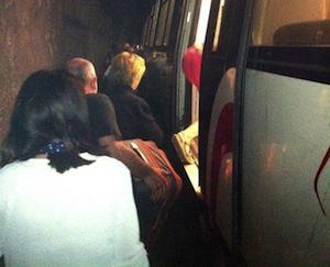 Treno fermo sotto la galleria: odissea per i turisti diretti in penisola -fotogallery-