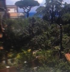 Maltempo, crolla un muro alle spalle della villa Comunale