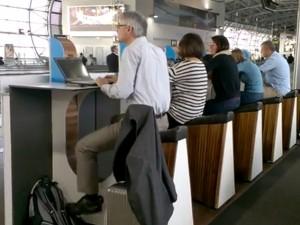 Amsterdam, in aeroporto carichi il cellulare pedalando