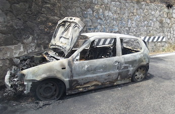 Auto in fiamme sulla Statale Amalfitana