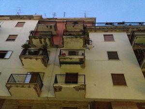 Piovono calcinacci interdetto il marciapiedi di viale Nizza, commercianti sul piede di guerra