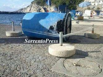 Bidone sigillato ritrovato in mare dalla Capitaneria di porto a San Montano