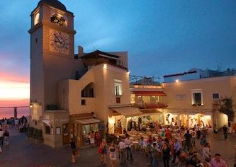 In tilt l'orologio del campanile simbolo di Capri