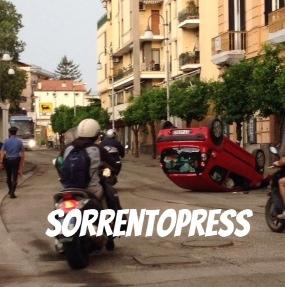 Incidente a Sant'Agnello, auto si ribalta lungo il corso Italia
