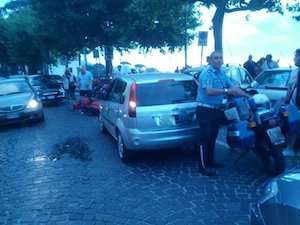 Prende a pugni i passanti e abbatte i motorini: un uomo crea il panico a Piano di Sorrento