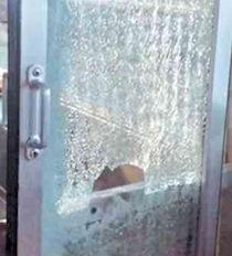 Lucchetto lanciato contro treno in corsa, tragedia sfiorata sulla linea Sorrento-Napoli
