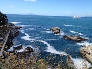 Ancora schiuma in mare tra la Regina Giovanna e Puolo