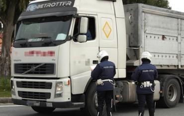 Si rompono i freni, camion bloccato sulla Meta-Amalfi: traffico in tilt