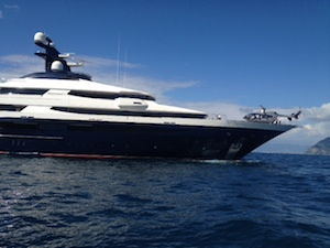 Yacht, elicottero e nuoto sincronizzato: nel mare di Sorrento uno spettacolo davvero impressionante