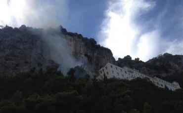 Incendio nella pineta di Amalfi, paura per il vicino hotel