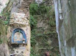 Cade pietra nella rampa di scale che porta a Marina Grande, turista sfiorata