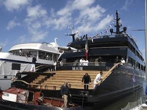 Giorgio Armani in giro con il suo yacht nel golfo di Napoli