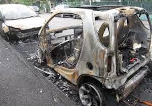 Auto in fiamme di cui una alimentata a gas, paura nella notte a Piano di Sorrento