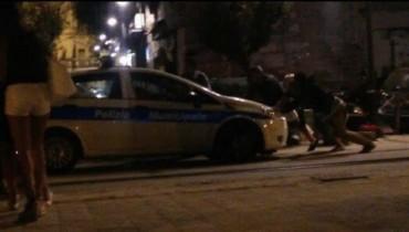 Si rompe l'auto della polizia municipale a Castellammare: la fanno ripartire i venditori abusivi