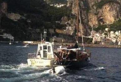 Falla nello scafo, interviene la capitaneria a largo di Positano