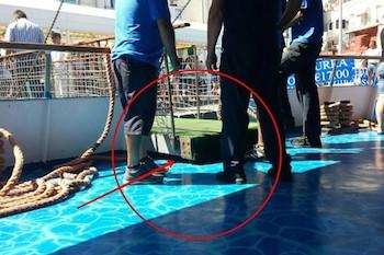 Incidente al molo di Capri, si rompe la passarella durante lo sbarco: tre turisti in mare