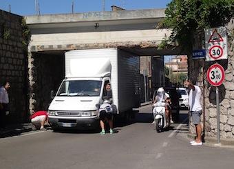 Furgone bloccato a Piano di Sorrento: le foto spopolano sul web