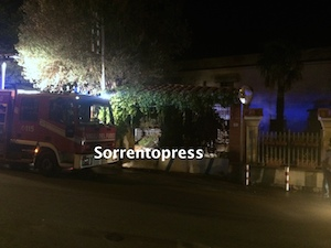 Un incendio distrugge parte di un hotel in disuso
