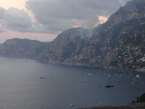 Incendio e caduta massi lungo la Statale Amalfitana