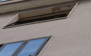 Marmo pericolante da una finestra di via degli Aranci, intervengono i pompieri