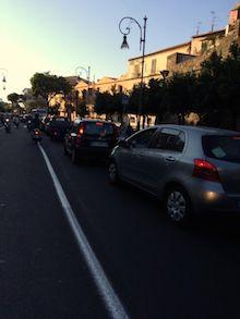 Autobus in tilt in via degli Aranci, traffico impazzito