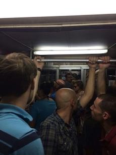 Pendolari e turisti come sardine sui treni della Circum
