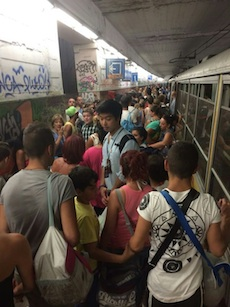 Il treno per Sorrento si blocca due volte, pendolari e turisti inferociti
