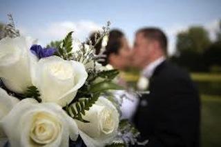 Pubblica le foto del viaggio di nozze su Facebook, il marito ricorre al giudice che le fa rimuovere