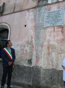 Una lapide per Achille Lauro sul muro che cade a pezzi