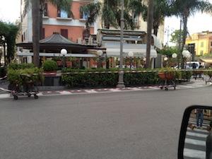Cadono rami dalle palme, chiuso il bar Ercolano di piazza Tasso