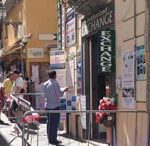 Piovono pezzi di intonaco nel centro storico, un negozio costretto alla chiusura