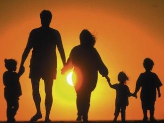 Addio all'obbligo del cognome paterno per i figli: arriva la libertà di scelta