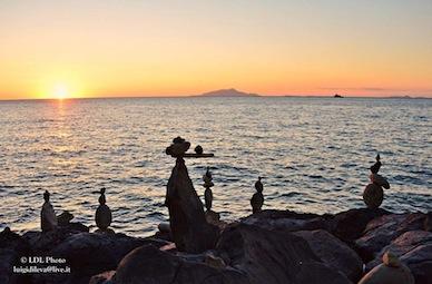 """Le immagini mozzafiato dello """"Stone balancing"""" a Massa Lubrense -foto-"""