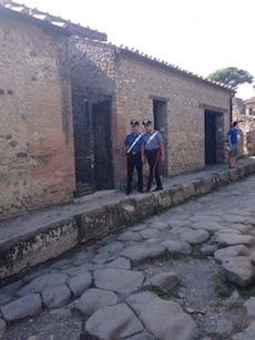 """Pompei, studente australiano prende a calci un muro della """"Domus ara massima"""""""