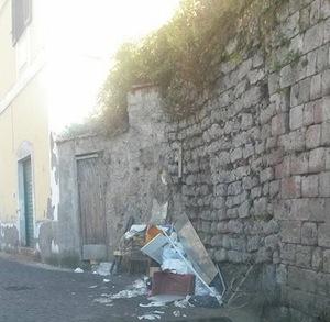 Spazzatura abbandonata in strada a Piano: scatta la polemica dei residenti