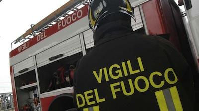 Si blocca la porta, donna resta chiusa in casa: intervengono i vigili del fuoco