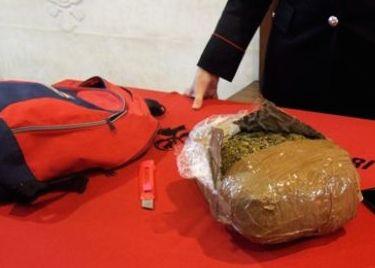 Fermato con un chilo di marijuana nello zaino: il pusher ha solo 12 anni