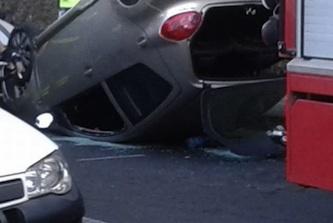 Grave incidente sulla Sorrentina: auto si ribalta a forte velocità