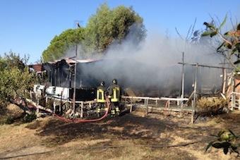 In fiamme una baracca a Massa Lubrense: sul posto i vigili del fuoco