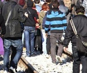 Studenti attraversano i binari: il treno si ferma e scoppia una rissa