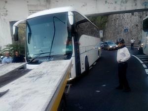L'autobus in panne blocca la strada: è polemica viabilità in penisola
