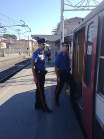 Militari e forze dell'ordine in divisa sulla Circum per rassicurare i viaggiatori