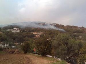Fiamme e forte vento: i vigili del fuoco a lavoro nella zona collinare di Sorrento