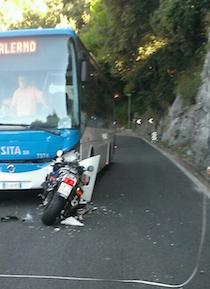 Grave incidente sull'Amalfitana: Moto contro bus
