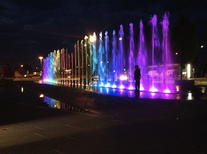 Una fontana con giochi di luce e acqua dinanzi alla piazza Lauro
